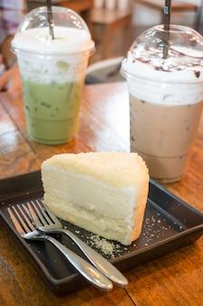 Tarta de queso y bebida con cafeína helada