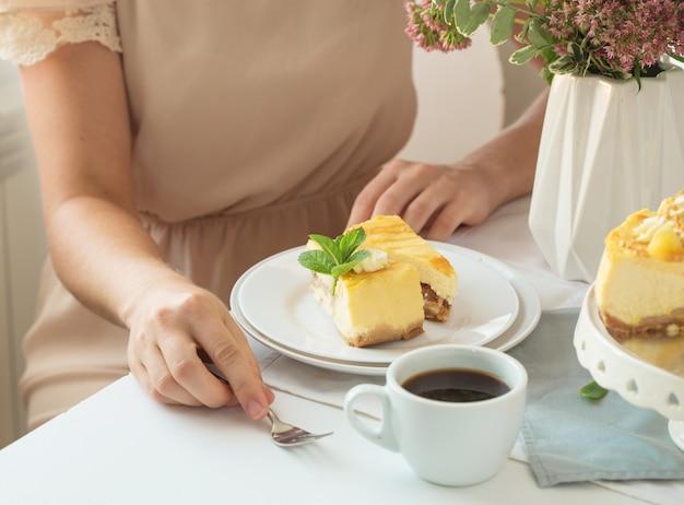 Tarta de queso con caramelo de manzana.