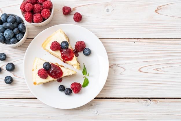 Tarta de queso casera con frambuesas y arándanos.
