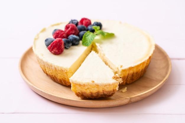 Tarta de queso casera con frambuesas y arándanos