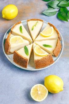 Tarta de queso casera de nueva york con limón y menta