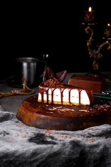 Tarta de queso con chocolate derretido en la parte superior