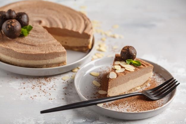 Tarta de queso cruda vegana de chocolate y caramelo con bolas crudas. concepto de comida vegana saludable.