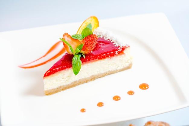 Tarta de queso con fresa y gelatina de fresa en la parte superior