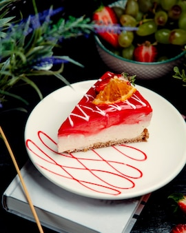 Tarta de queso con fresa en la mesa