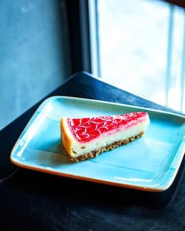 Tarta de queso con fresas en la mesa
