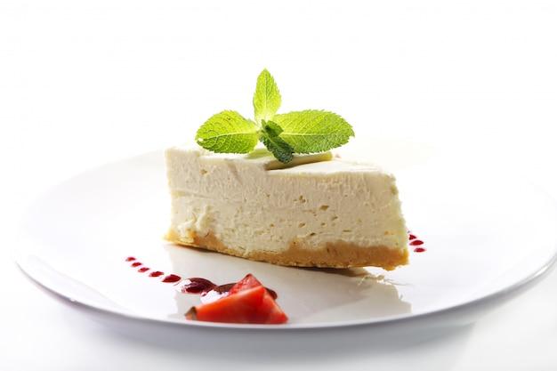 Tarta de queso fresco servido con menta