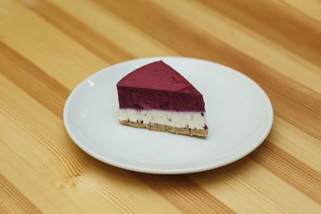 Tarta de queso de frutas en plato blanco en restaurante