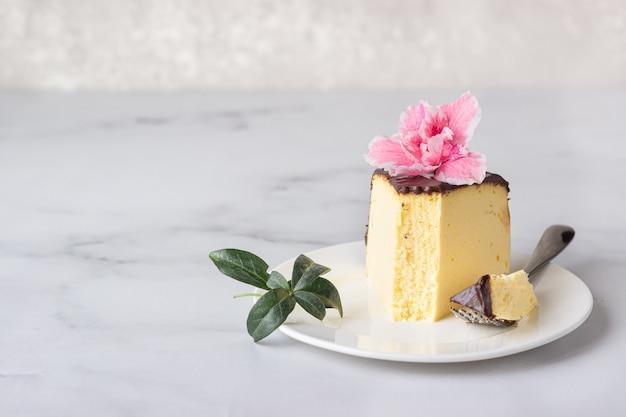 Tarta de queso japonesa de soufflé de algodón decorada con glaseado de chocolate en plato de cerámica