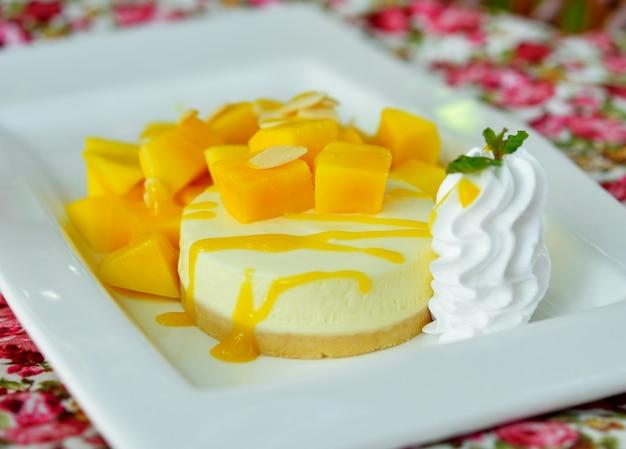 Tarta de queso de mango en plato blanco