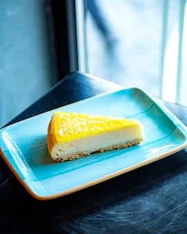 Tarta de queso naranja sobre la mesa