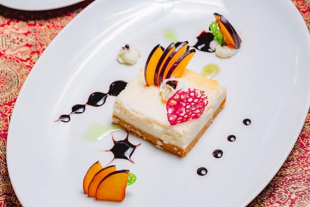 Tarta de queso de postre de vista superior con rodajas de manzana decoradas