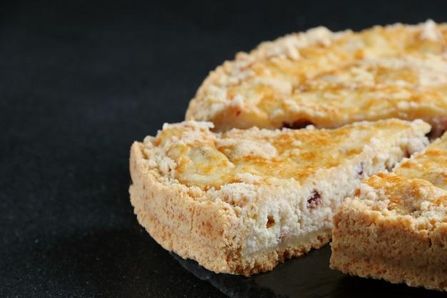 Tarta de queso con requesón de cerca sobre fondo oscuro