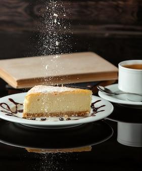 Tarta de queso con té en la mesa
