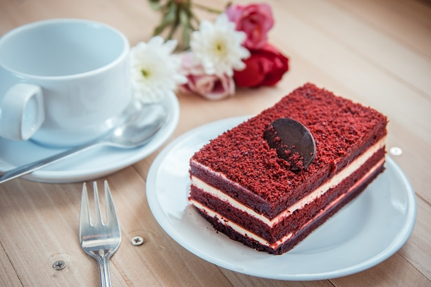 Tarta de queso de terciopelo rojo y chocolate negro en la parte superior.