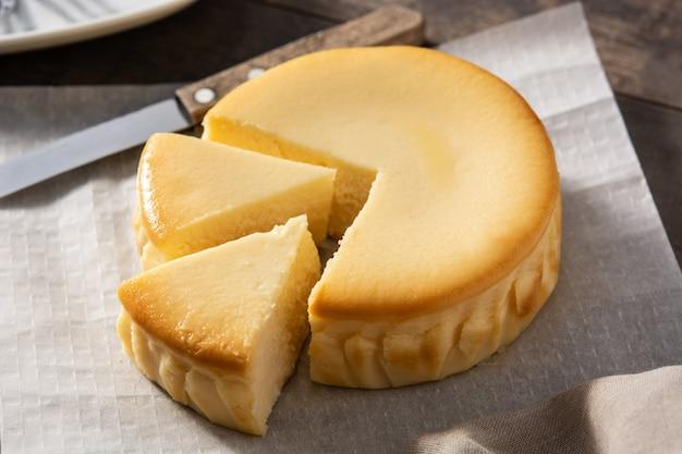 Tarta de queso tradicional de nueva york en mesa de madera