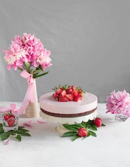 Tarta en un stand con fresas