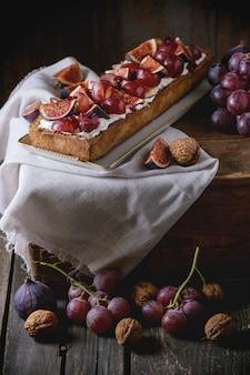 Tarta con uvas e higos