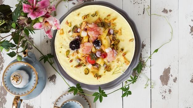Tarta vegana cruda de limón, concepto saludable