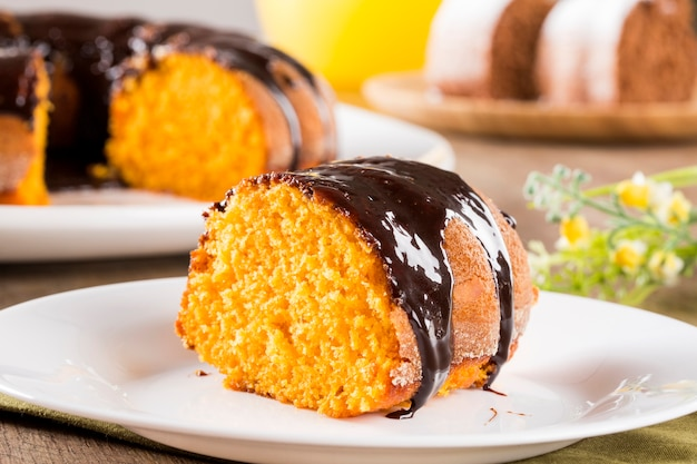 Tarta de zanahoria con chocolate y rebanada sobre la mesa.
