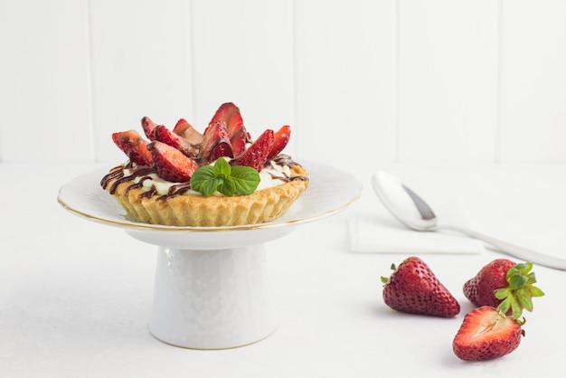 Tartaleta de chocolate y fresas deliciosa en un plato