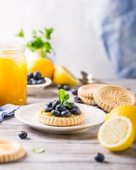 Tartaleta de cuajada de limón con arándanos frescos