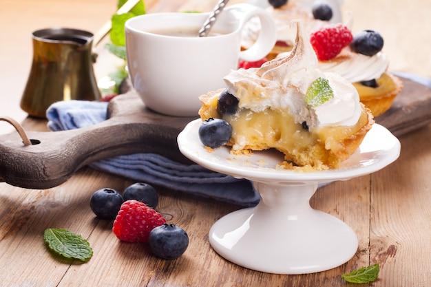 Tartaletas caseras con requesón de lima y merengue