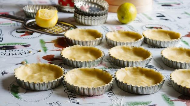 Tartaletas de manzana y merengue, cocinando en la cocina