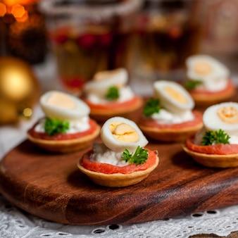 Tartaletas de salmón, queso y huevo.