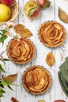 Tartaletas de tarta de manzana con relleno de caramelo de acción de gracias