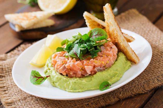 Tartar de salmón con mousse de aguacate.
