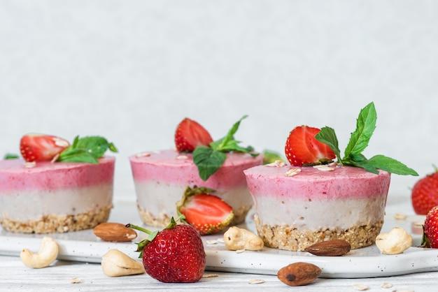 Tartas caseras de fresas crudas con bayas frescas, menta, nueces. comida vegana saludable
