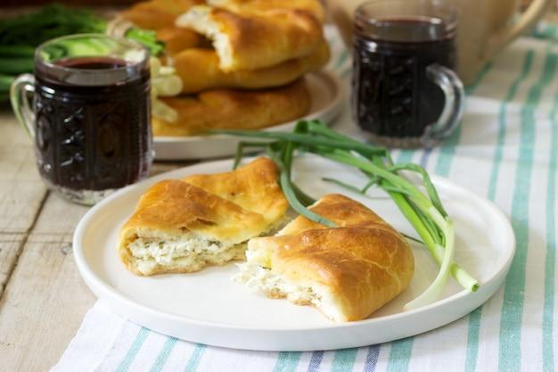 Tartas caseras tradicionales rumanas y moldavas - placinta, servidas con vino. estilo rústico