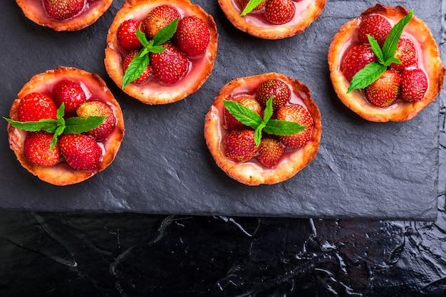 Tartas de fresas caseras en plato de pizarra