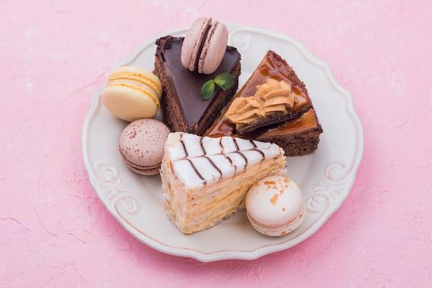 Tartas y macarons en plato con menta