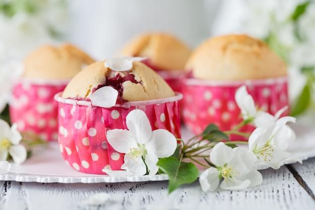Tartas de manzana caseras decoradas flor de manzana en escritorio de madera blanca