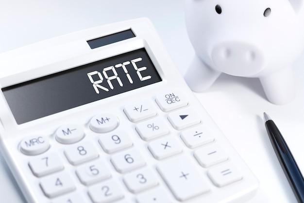 Tasa de palabras en la calculadora. concepto de negocio sobre fondo blanco. vista superior.