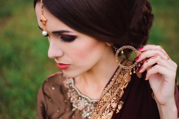Tatuaje de mehndi manos de mujer con tatuajes de henna negra. india tradiciones nacionales.