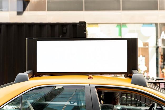 Taxi con una maqueta de cartelera