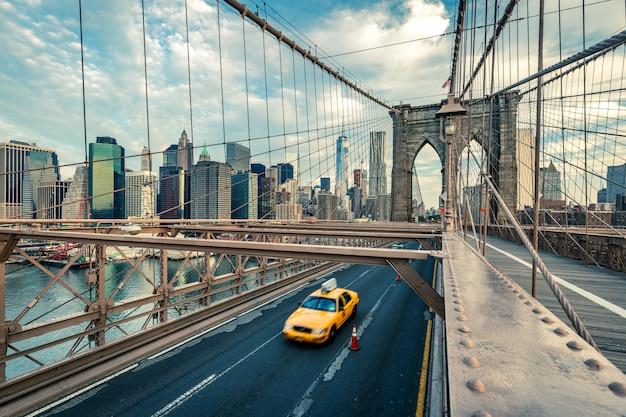 Taxi en el puente de brooklyn