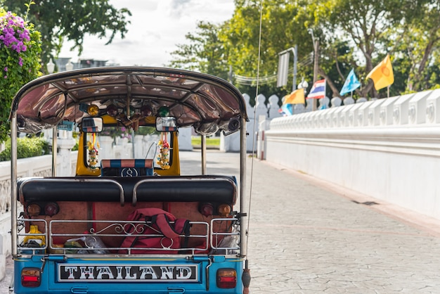 El taxi de tailandia tuk-tuk es un triciclo