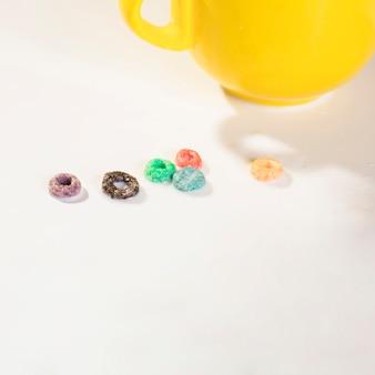 Taza de alto ángulo y cereales en la mesa