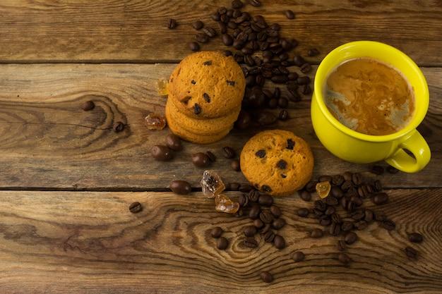 Taza amarilla de café y granos de café, vista superior