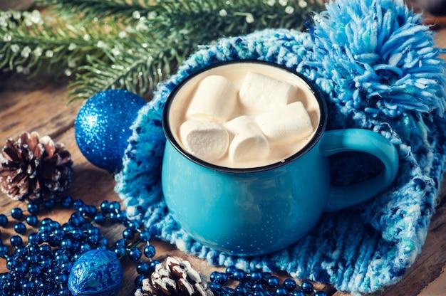 Taza azul de café con malvavisco