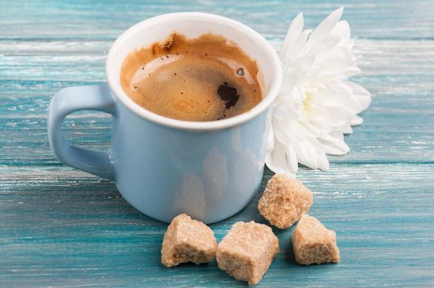 Taza azul de café negro