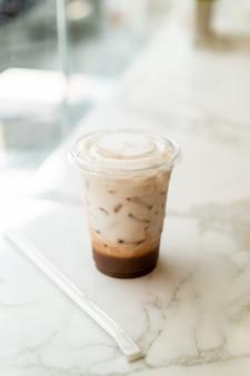Taza de batido de chocolate belga helado