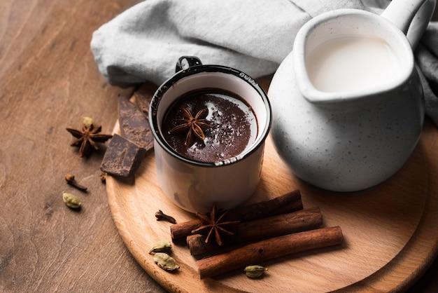 Taza con bebida aromática de chocolate caliente en la mesa