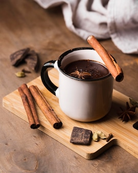 Taza con bebida aromática de chocolate caliente