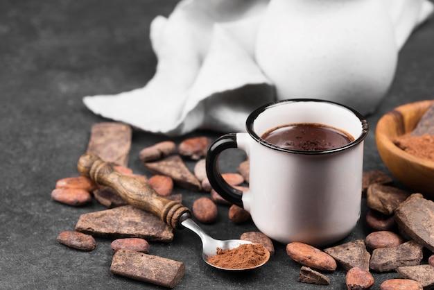 Taza con bebida de chocolate caliente en la mesa