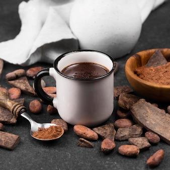 Taza con bebida de chocolate caliente